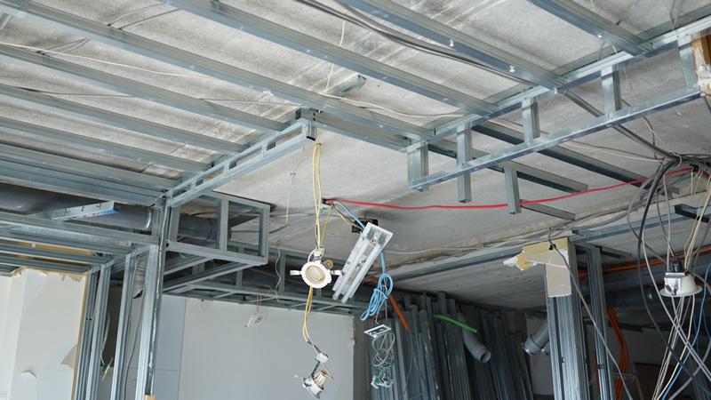 リノベーションのためスケルトン状態にしたマンションの天井部分の様子。