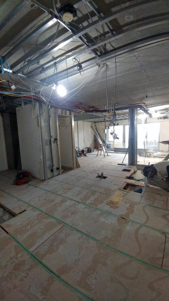 スケルトンリフォームの様子。壁や天井が取り払われ、スケルトン状態になった様子です。