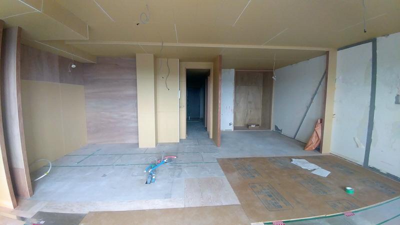 リノベーション後の新しい壁、キッチンスペース。ベランダ側からリビング部分を見た写真です。