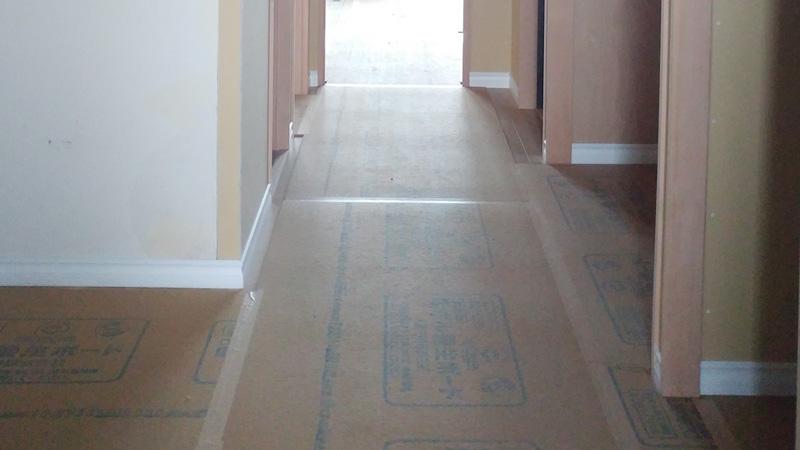 床材が設置され、その上に吸ホルボードが敷かれていた。