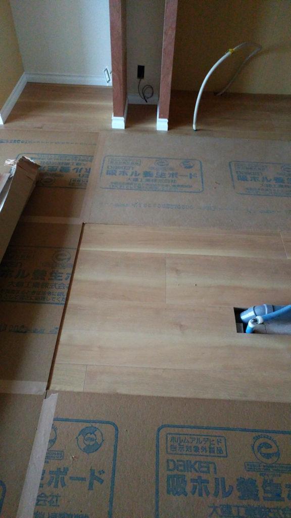吸ホルボードの間からオーク柄の床材が見えます。