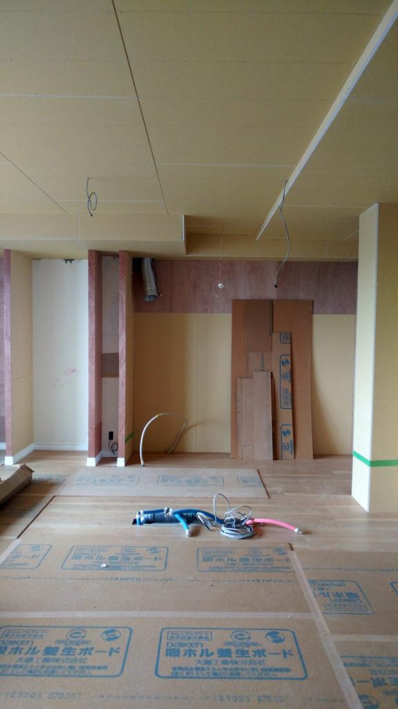 床材が設置され、大工さんが歩く場所には吸ホル養生ボードが敷かれています。