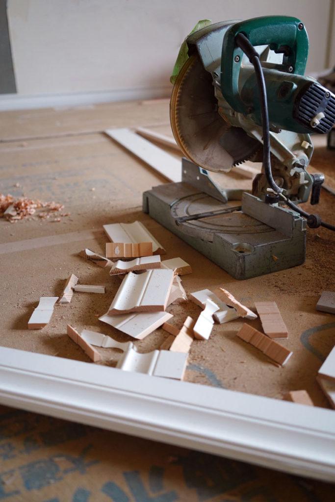 設置個所ごとに細かく切り出されるモールディング加工をほどこした巾木