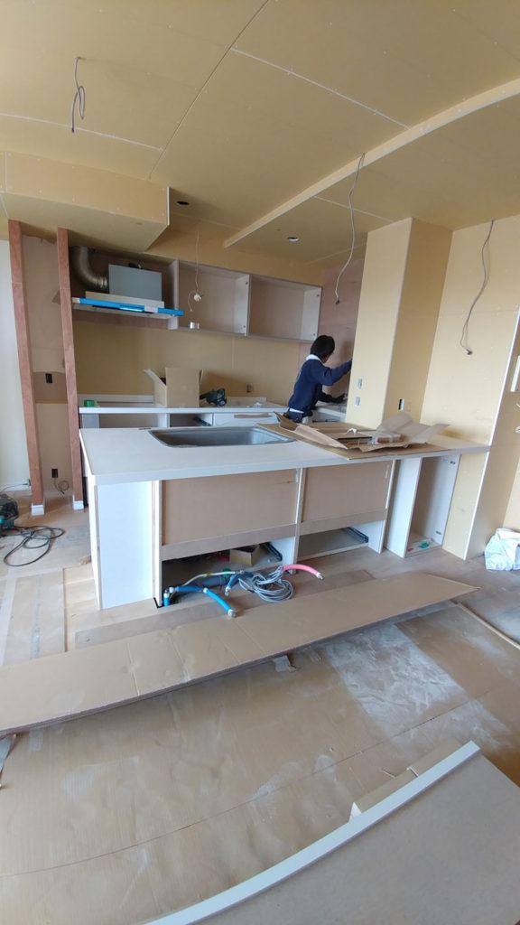 リクシルのシステムキッチン「アレスタ」が搬入され、設置されていました。