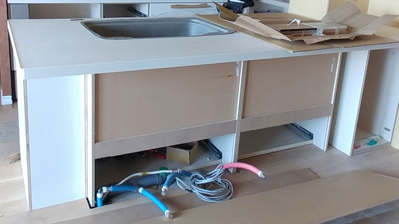 リノベーションによりシステムキッチンの位置を移動。造作パーツを加え、オリジナルのデザインに仕上がる予定です。