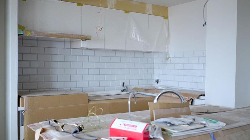 キッチンの壁にサブウェイタイル。一般的なサブウェイタイルとは違い、少し立体感のあるタイルを採用しています。