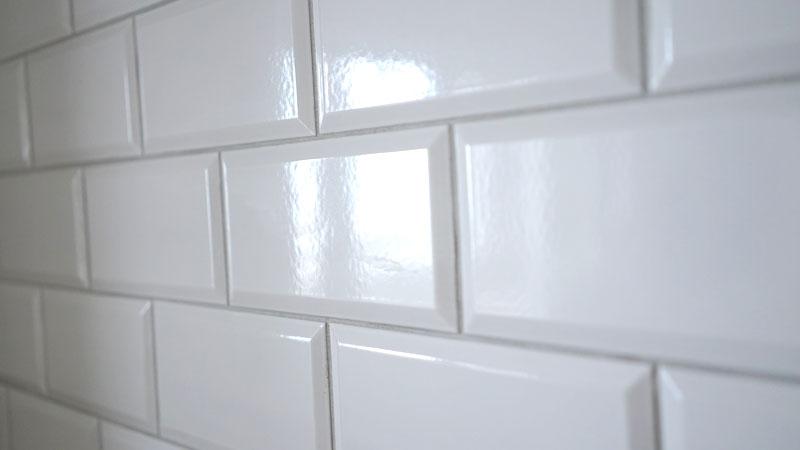 キッチンの壁に貼った「KYタイル」のタイル。サブウェイタイルとは少し違い、立体感のあるデザインです。