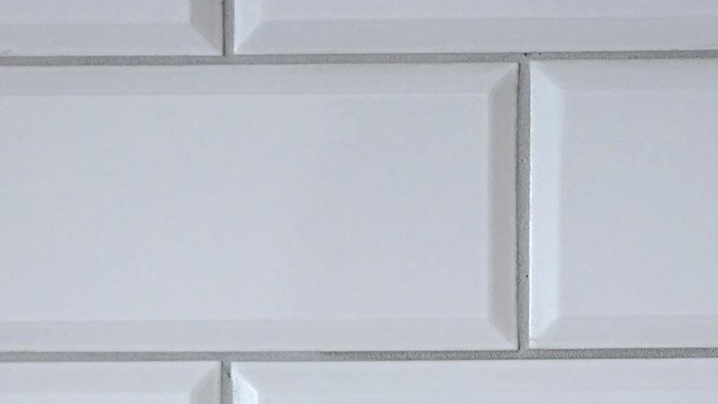キッチンの壁にタイルを貼る際にはの目地の色もポイントになります。