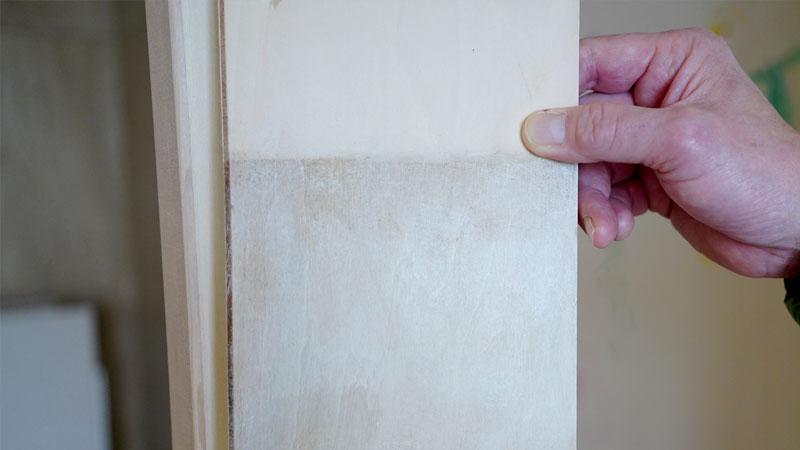 室内窓に対して行うエイジング加工の見本です。上側が元の生の木材で、下がエイジング加工を施した様子。