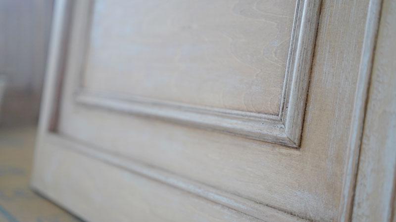 室内窓のパーツにエイジング加工が施された様子。