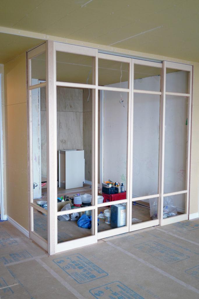 室内窓の窓枠が設置されました。