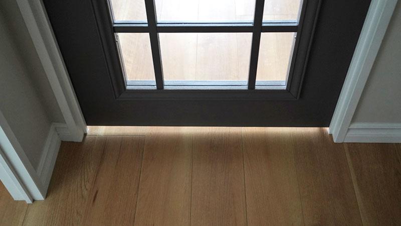 敷居を無くしたリビングの扉