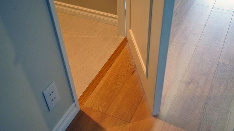 トイレは床材が異なるため扉の下には敷居有り