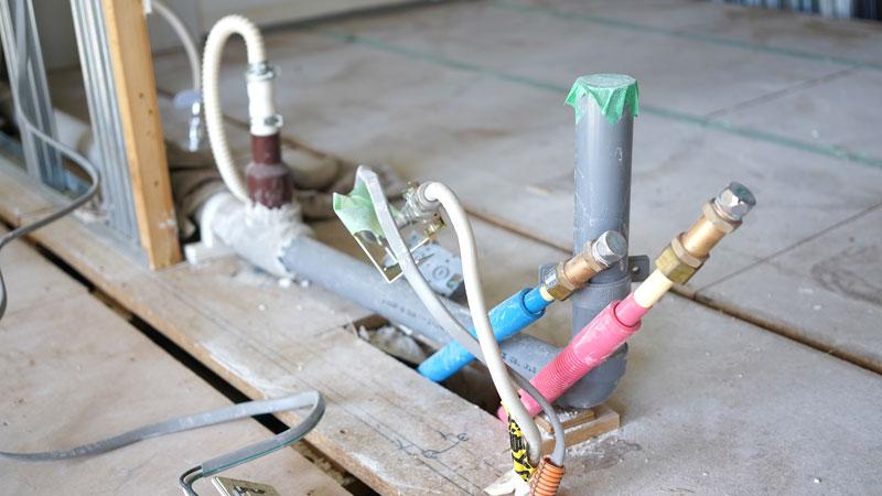 洗濯機置き場の水栓用に引かれた水道のパイプ。水とお湯それぞれが出るようにしてもらいます。