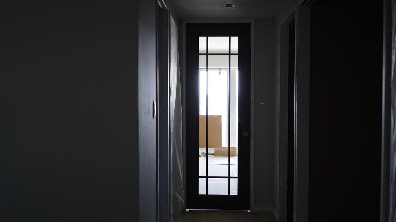 廊下から見たリビングの扉。シンプルな格子が良い感じです。