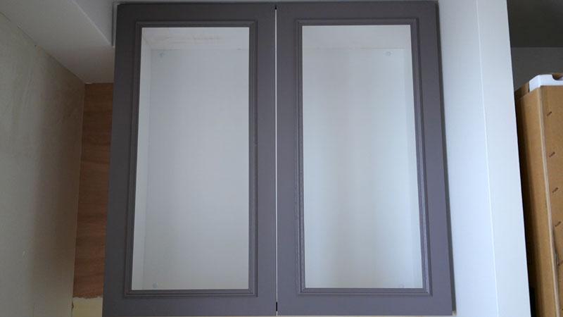 ワークスペース(書斎)のキャビネットの扉にはモールディングが施されています。