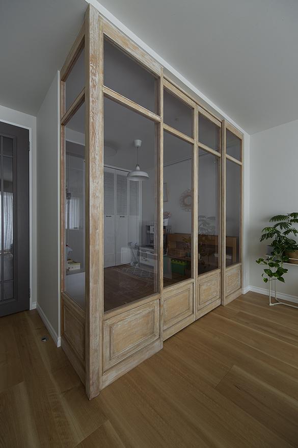 木材にエイジング加工を施した室内窓。窓部分はアクリルパネル。