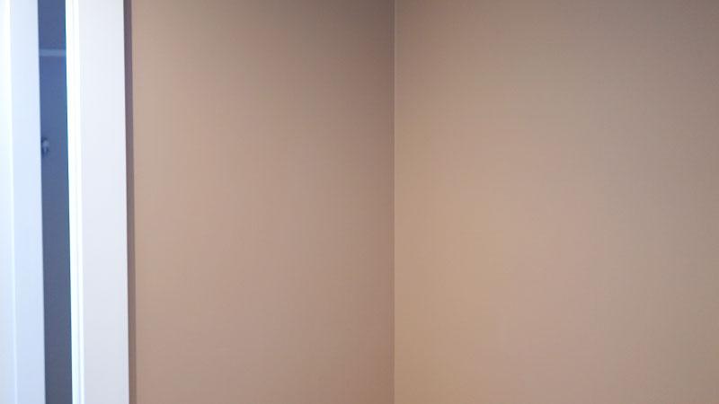 クローゼットの内部の壁紙として採用したテラコッタ系の単色壁紙。