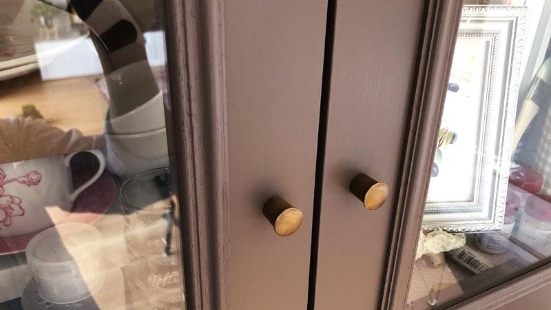 ワークスペースの吊戸棚の取っ手。真鍮製で味があります。