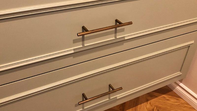 洗面化粧台下の収納の取っ手。真鍮のアンティークゴールド。