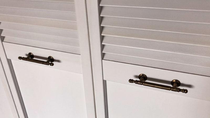 ルーバー扉の取っ手。少しデザインの入った真鍮製の取っ手です。