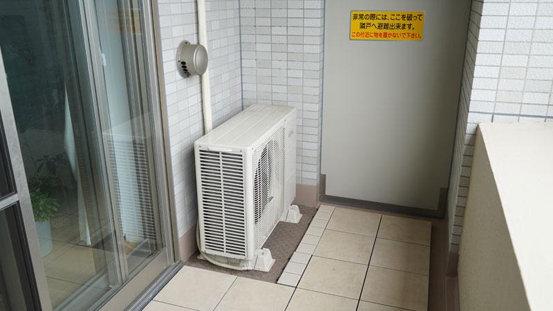 マンションのベランダに設置されたエアコンの室外機