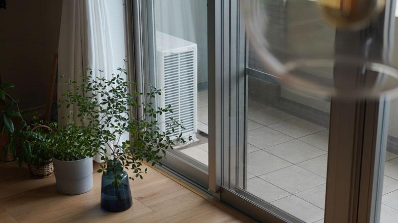 リビングからベランダを見た際に目に入るエアコンの室外機の側面