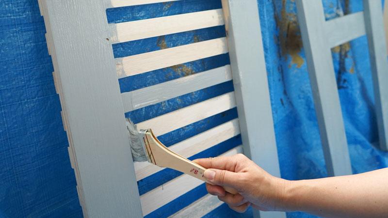 エアコン室外機カバーをDIY。ペンキを塗っている様子。