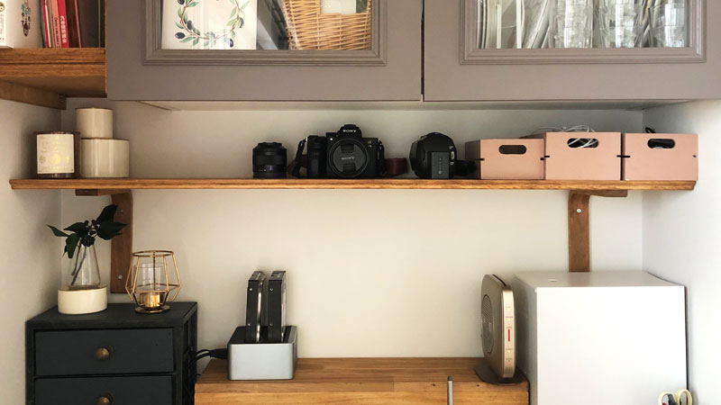 DIYでワークスペースの棚受けと棚を設置