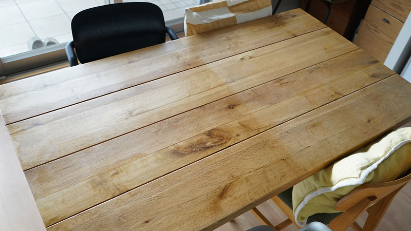 HOWARD シトラスシールド プレミアムペーストワックスをテーブルの半分に施工
