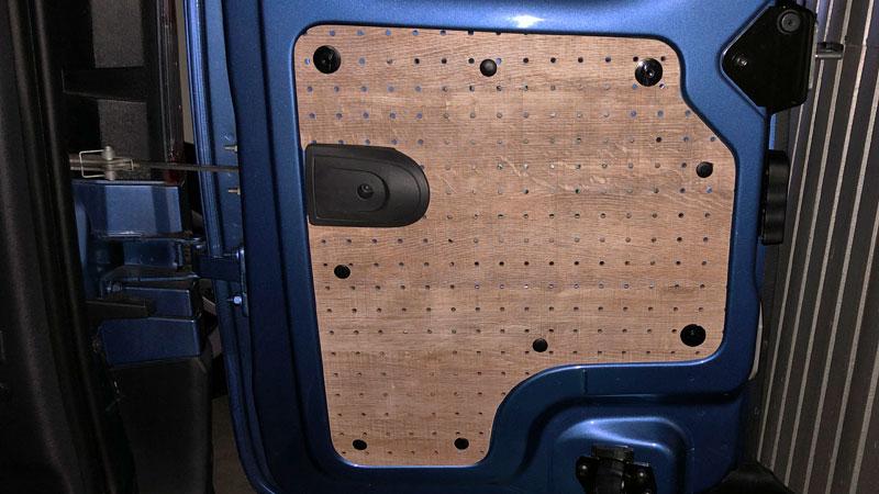 カングーのバックドアに有孔ボードで作製したパネルを取り付ける