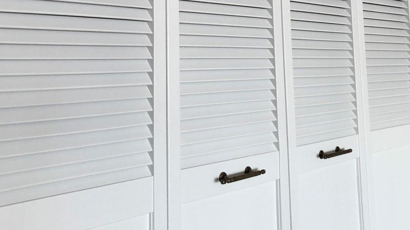 ルーバー扉で海外風の印象が出た収納棚