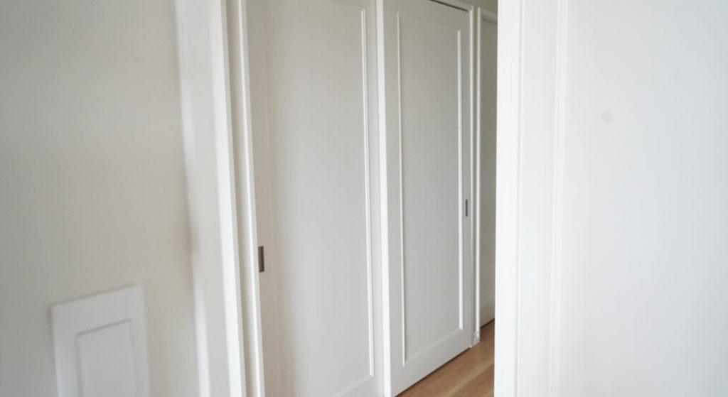 海外風のクローゼットの扉に設けたモールディング材