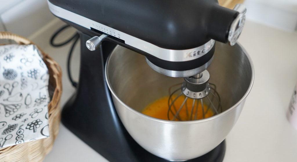 キッチンエイドのスタンドミキサー アルチザン ミニ(3.5QT)でシュークリーム作り。材料を混ぜる工程。