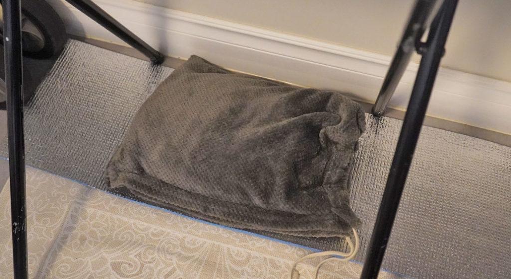 テレワークの際の足元の寒さ対策に湯たんぽ+銀マットを活用