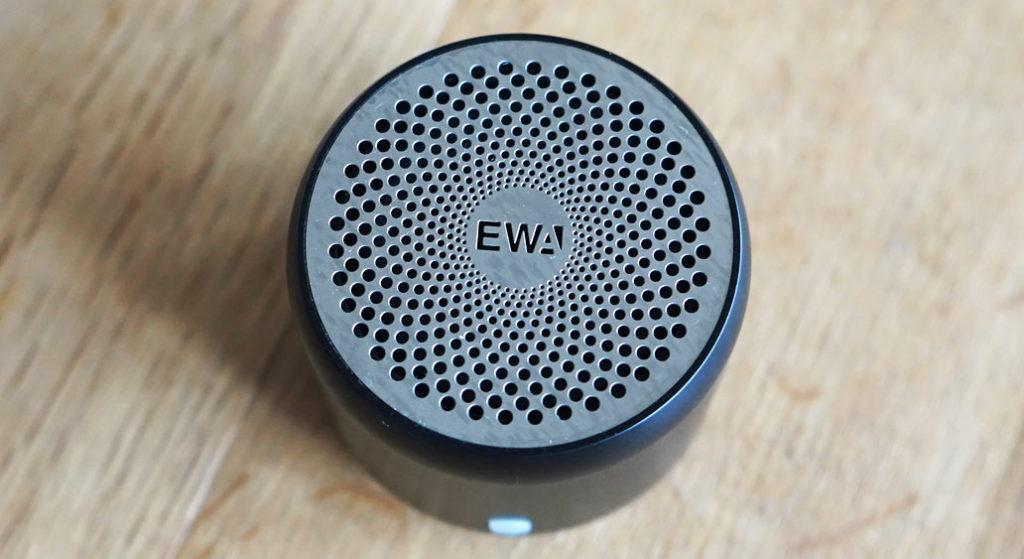 EWA A106 ポータブル ミニ ワイヤレス Bluetooth スピーカーを上から見た様子