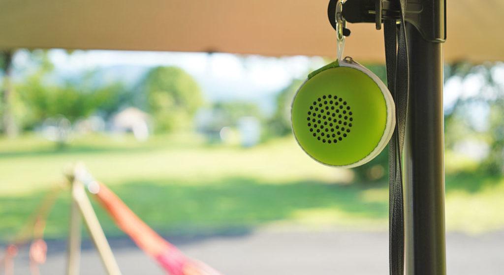 EWA A106 ポータブル ミニ ワイヤレス Bluetooth スピーカーを専用ケースに入れてキャンプで使用している様子