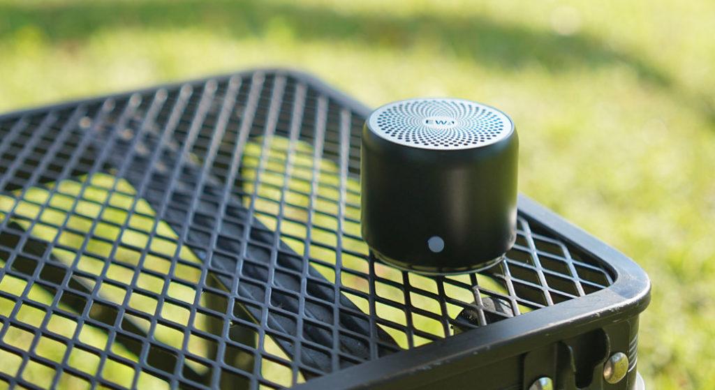 EWA A106 ポータブル ミニ ワイヤレス Bluetooth スピーカーをキャンプで使用した様子