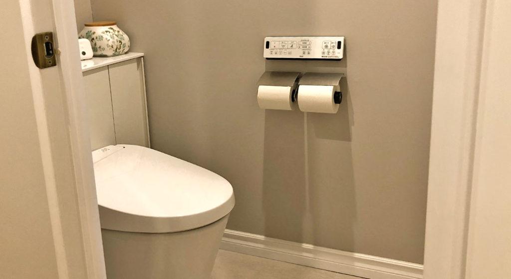 静音設計のトイレットペーパーホルダーを設置している我が家のトイレの様子