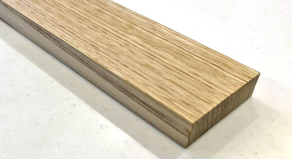 トイレのスマホ置き用の棚に使う木材(栗の木)のアップ