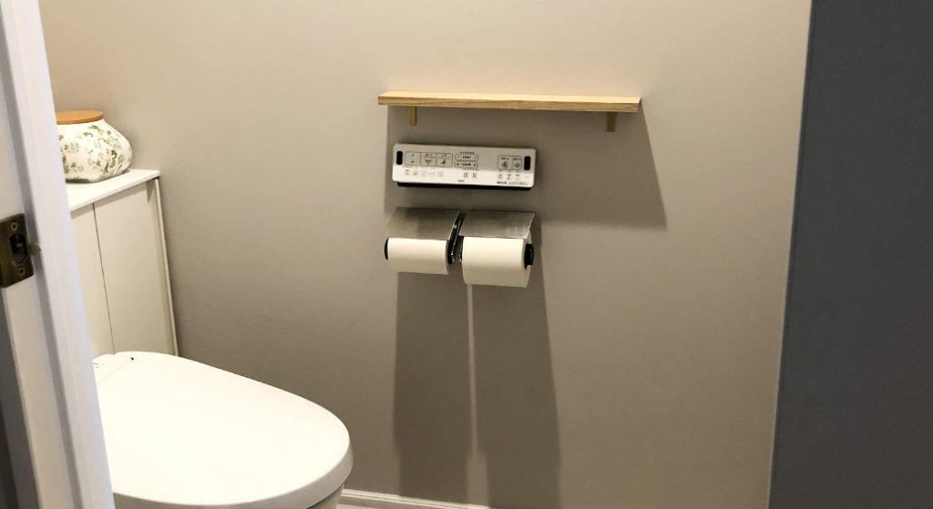 スマホ置き用の棚を設置した後のトイレ