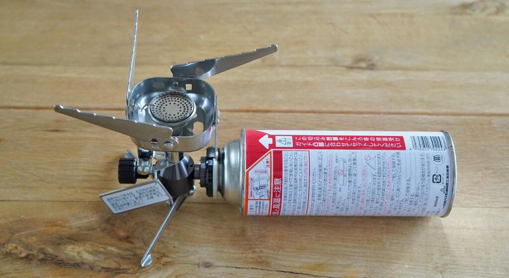 イワタニ(岩谷産業)のジュニアコンパクトバーナー(CB-JCB)にガス管を設置した様子