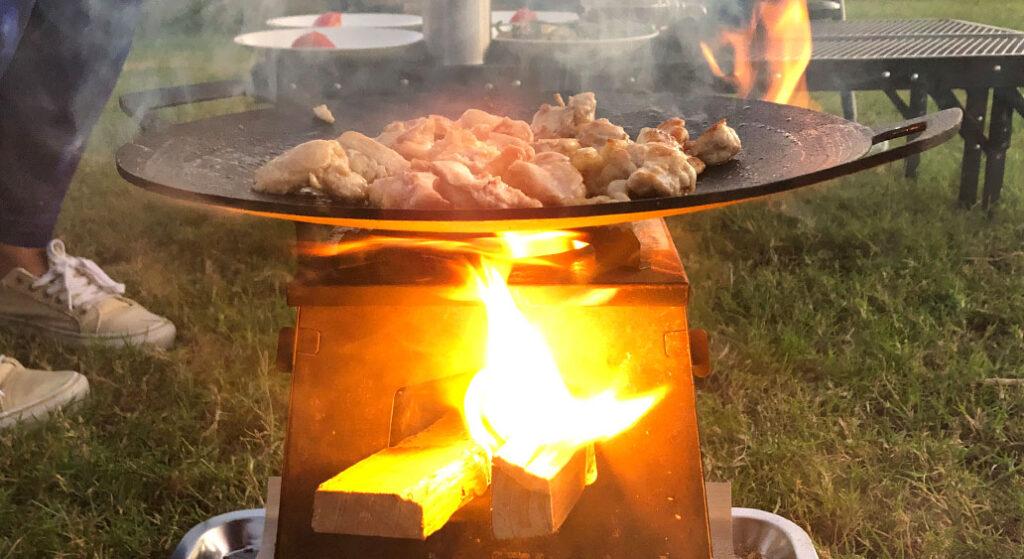 マルチグリドルパンで鶏肉を炒めているところ